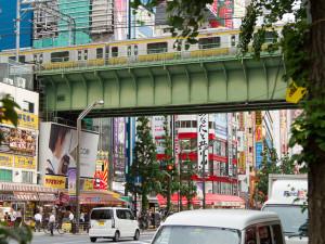 metro en treinbanen dwars door Tokyo